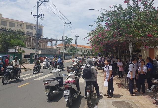 Hàng trăm phụ huynh đội nắng chờ con dự thi lớp 10 trường chuyên - 5
