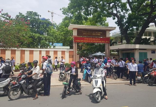 Học sinh ra về sau khi thi xong môn chuyên tại điểm thi THPT Nguyễn Văn Trỗi, TP Nha Trang, trưa 6/6
