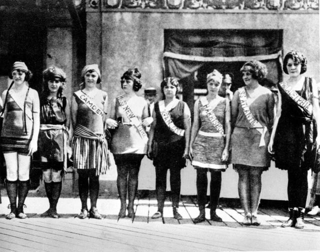 """Cuộc thi Miss America đầu tiên được tổ chức hồi năm 1921 ở thành phố Atlantic (Mỹ), phần thi đồ bơi khi đó """"kín đáo"""" như thế này."""