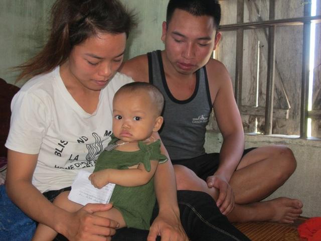 Hai vợ chồng Hằng và Việt bàng hoàng đau xót trước bệnh tật của con.