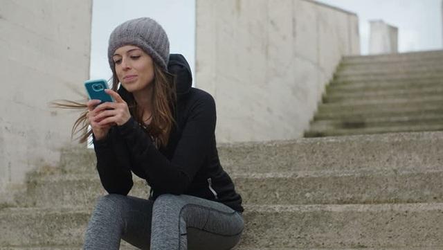 Tiếp tục nhắn tin và gọi điện: Bạn không nên nhắn tin hay gọi điện cho đối phương bởi cả hai người đều không muốn tiếp tục ở bên nhau. Để tránh những căng thẳng và bực bội vô nghĩa, hãy chấm dứt hành động này dù điều ấy đã từng là một thói quen.