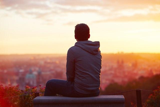 Làm tổn thương bản thân: Sau khi chia tay, nhiều người cảm thấy đau khổ và tuyệt vọng đến mức rơi vào trầm cảm hoặc tự làm tổn thương bản thân. Tuy nhiên, hãy nhớ rằng điều tốt nhất bạn có thể làm sau chia tay là tiến về phía trước và sống thật tốt bởi nỗi đau nào rồi cũng sẽ qua đi.