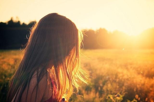 So sánh bản thân với người khác: Chỉ vì bạn không khiến họ mỉm cười hay hứng thú không có nghĩa là bạn không xứng đáng được yêu thương. Hãy trân trọng bản thân và nhớ rằng bạn luôn tuyệt vời khi là chính mình.