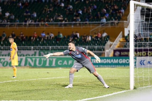 Đặng Văn Lâm đang thi đấu quá hay tại V-League 2018 (ảnh: Giang Lê)