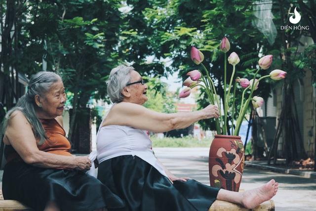 Được biết, bộ ảnh ấn tượng này do chị Hoàng Thu Ngân (29 tuổi, Phó giám đốc Trung tâm dưỡng lão Diên Hồng, Hà Nội) chụp cho các cụ già đang sống tại trung tâm. Hai người mẫu đặc biệt trong bộ ảnh là cụ Kim và cụ Yên, cả hai cụ năm nay đều trên 80 tuổi.