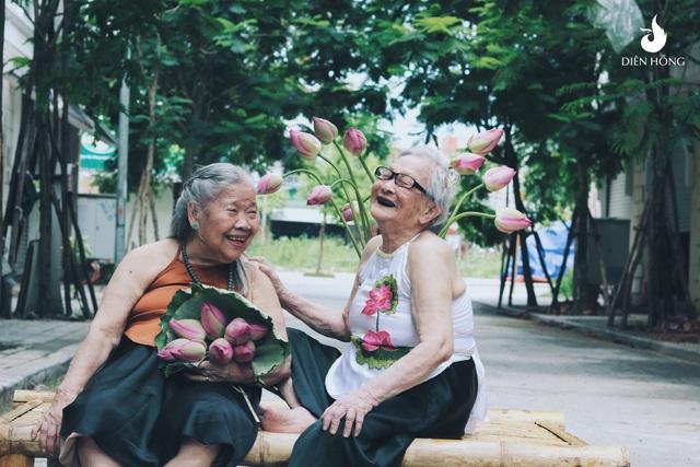 """""""Cả hai cụ ngoài đời đều là những người vui tính, thân thiện và rất tích cực tham gia vào các hoạt động cộng đồng. Khi bọn mình nảy ra ý tưởng chụp hình các cụ với sen thì cụ Kim và cụ Yên đều hưởng ứng ngay"""", chị Ngân nói."""