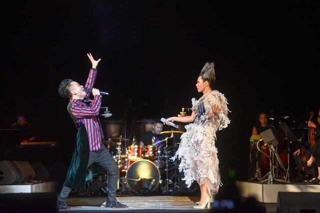 Vẻ đẹp điêu khắc Tùng Dương và vẻ đẹp hội họa Hà Trần lắp ghép âm nhạc trên sân khấu.