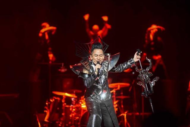 Tùng Dương chưa bao giờ khiến khán giả hết kinh ngạc trước tài biến hóa về giọng hát và nội lực âm nhạc thâm hậu của mình.