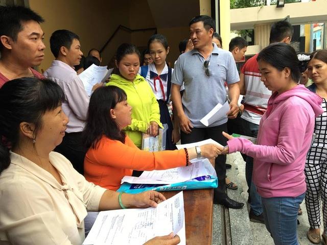 Phụ huynh nộp hồ sơ cho con vào lớp 6 Trường THPT chuyên Trần Đại Nghĩa năm học 2018-2019