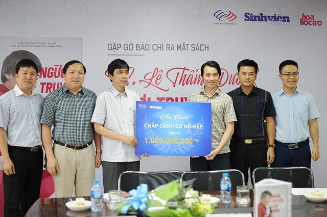 Đại diện một số trường có SV được nhận học bổng chụp ảnh lưu niệm cùng nhà báo Nguyễn Huy Lộc và anh Nguyễn Tiến Dũng - Tổng Giám đốc Langmaster