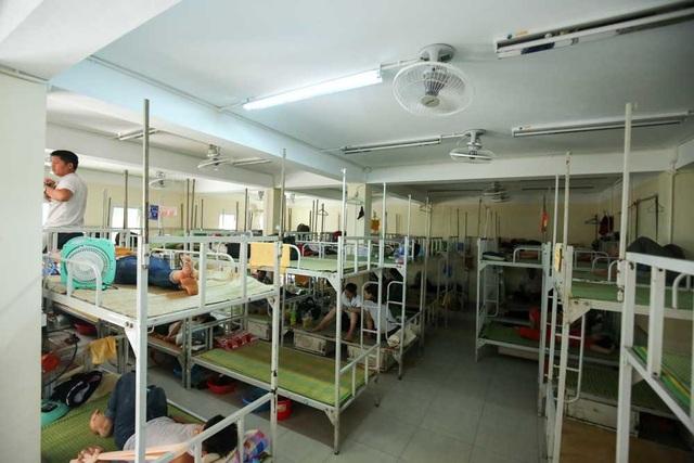 Giá nghỉ trọ là 15.000 đồng một giường mỗi ngày đêm. Người nhà bệnh nhân nghỉ trọ được phục vụ quạt mát, có khu tắm giặt.