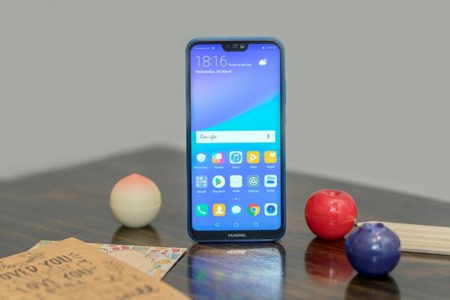 """Để có được tỷ lệ hiển thị lớn như vậy, Huawei đã sử dụng kiểu thiết kế """"tai thỏ"""" đang trở thành xu hướng hiện nay."""