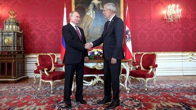 Tổng thống Putin bắt tay người đồng cấp Áo Alexander Van der Bellen trong cuộc gặp tại Vienna ngày 5/6 (Ảnh: RT)
