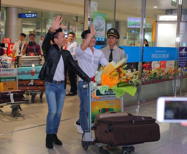 Đúng 20h20, hai anh em nghệ sĩ xiếc Quốc Cơ – Quốc Nghiệp đã xuất hiện tại sân bay sau chuyến bay dài, vẫy tay chào khán giả nồng nhiệt.