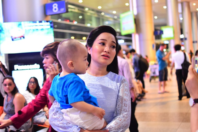 Bà xã của Quốc Cơ - MC Hồng Phượng bế con ra sân bay cùng cả gia đình đón chồng về.