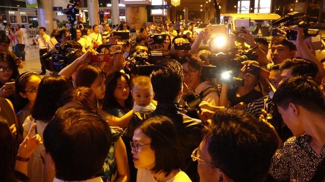 Đông đảo truyền thông và khán giả đã có mặt từ rất sớm để chào đón anh em nghệ sĩ xiếc tài năng.