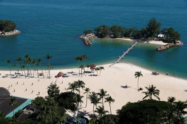 Chính quyền Singapore đã lựa chọn khu vực trung tâm quốc đảo, nơi đặt trụ sở của Bộ Ngoại giao Singapore, Đại sứ quán Mỹ và nhiều khách sạn lớn, làm khu vực sự kiện đặc biệt từ ngày 10-14/6 để phục vụ cho hội nghị thượng đỉnh Mỹ - Triều. Đảo Sentosa và vùng biển phía tây nam cũng được đưa vào khu vực sự kiện đặc biệt này. Trong ảnh: Bãi biển Siloso trên đảo Sentosa.