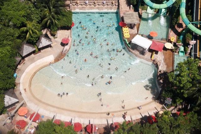 Sentosa phát triển dịch vụ du lịch mạnh mẽ và là điểm tham quan nổi tiếng của Singapore. Trong ảnh: Công viên nước trên đảo Sentosa.