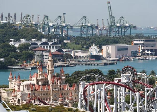 Chính quyền Singapore đã phát triển để biến Sentosa thành một đảo nghỉ dưỡng với các cơ sở hạ tầng du lịch tầm cỡ quốc tế bao gồm các khu nghỉ dưỡng, sân golf. Trong ảnh: Khu giải trí Universal Studios Singapore trên đảo Sentosa.
