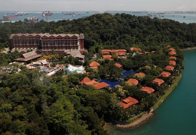 Khu vực xung quanh khách sạn Capella được kiểm soát an ninh nghiêm ngặt. Khách sạn Capella và khách sạn Shangri-La là hai địa điểm được cân nhắc trước đó cho hội nghị thượng đỉnh Mỹ-Triều.