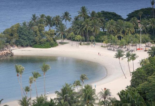 """Sentosa có nghĩa là """"hòa bình và thanh bình trong tiếng Malaysia. Tại hòn đảo này có nhiều bãi biển cát trắng thu hút du khách."""