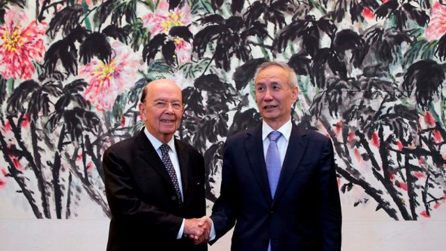 Phó Thủ tướng Trung Quốc Lưu Hạc (phải) và Bộ trưởng Thương mại Mỹ Wilbur Ross (Ảnh: Getty)