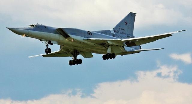 """Hiện tại Nga đang tiến hành cải tiến Tu-22M3 và trang bị thêm cho """"chim sắt"""" này tên lửa siêu thanh tầm xa Kh-32. Theo kế hoạch, biến thể mới với tên lửa Kh-32 sẽ được bàn giao cho lực lượng không quân vũ trụ Nga vào tháng 10 năm nay. """"Theo kế hoạch, máy bay Tu-22M3M với tên lửa tối tân sẽ thực hiện các nhiệm vụ tác chiến vào tháng 10 năm nay"""", Tass trích một nguồn tin quốc phòng Nga, đưa tin."""