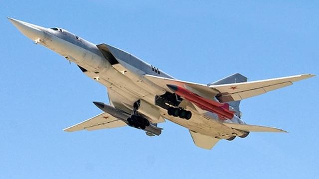 Dù phía Nga mô tả Kh-32 là tên lửa hành trình siêu thanh tầm xa, vũ khí này có rất nhiều đặc điểm giống như tên lửa đường đạn khí động (aero-ballistic). Được trang bị động cơ lỏng, Kh-32 có thể bay lên độ cao 39 km, trước khi chuyển hướng lao thẳng xuống mục tiêu. Theo phía Nga, tốc độ của Kh-32 là Mach 5 (6.200 km/h), tầm bay trên 1.000 km. Kh-32 được dẫn đường bằng hệ thống kết hợp giữa hệ thống vệ tinh định vị toàn cầu GLONASS và radar chủ động.