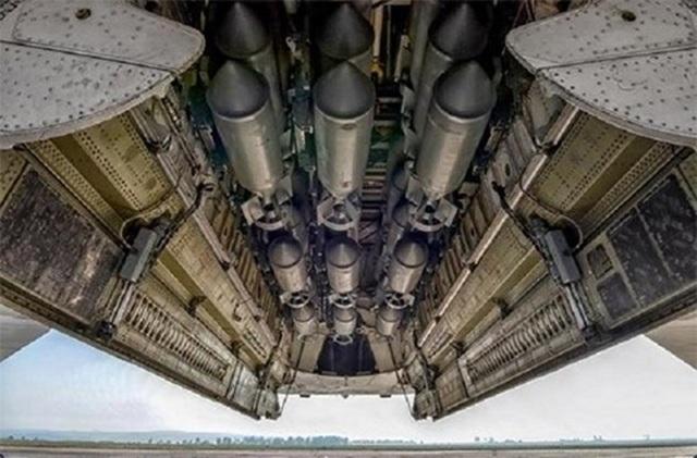 Ngoài Kh-32, Tu-22M3M còn được trang bị pháo tự động 23mm GSh-23 ở đuôi máy bay và tên lửa tấn công mặt đất Kh-15, cùng hàng loạt các loại bom (tối đa khoảng gần 70 quả FAB-250). Dù có kích thước nhỏ hơn hẳn Tu-160 và Tu-95 nhưng máy bay này vẫn có khả năng mang tới 24 tấn vũ khí.