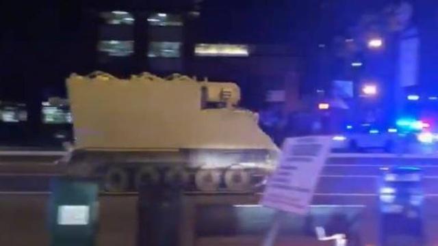 Quân nhân ăn trộm chiếc xe bọc thép đang lái chiếc xe trốn chạy sự truy đuổi của cảnh sát. (Ảnh: Twitter)