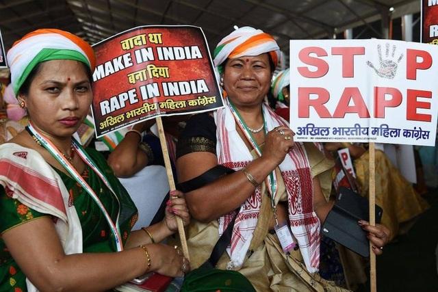 Phụ nữ Ấn Độ cầm biểu ngữ chống nạn xâm hại tình dục ở New Delhi hồi tháng 4 vừa qua