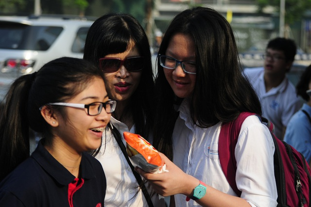 Phụ huynh và học sinh cười rạng rỡ, hy vọng kì thi tốt đẹp. (Ảnh: Mỹ Hà)