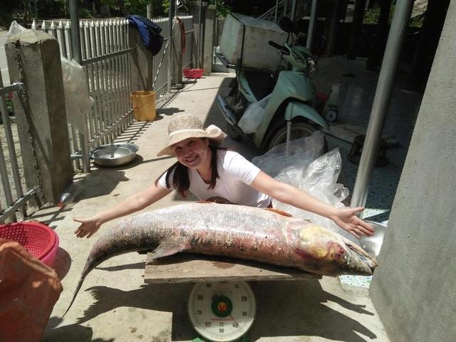 Chị Ngân chụp với con cá măng khủng