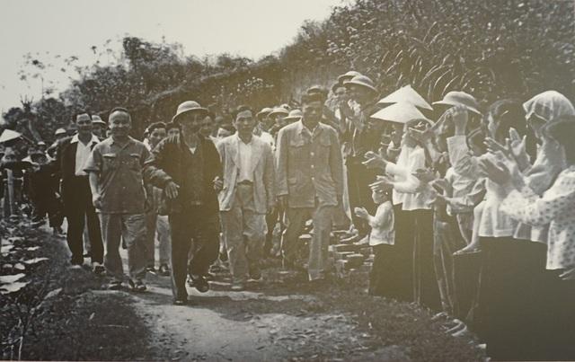 Chủ tịch Hồ Chí Minh thăm Hợp tác xã Đồng Tâm (tỉnh Phú Thọ) - một điển hình tiên tiến trong xây dựng đời sống mới của bà con kiều bào mới về nước, ngày 21/3/1961. (Ảnh: Bảo tàng Hồ Chí Minh).