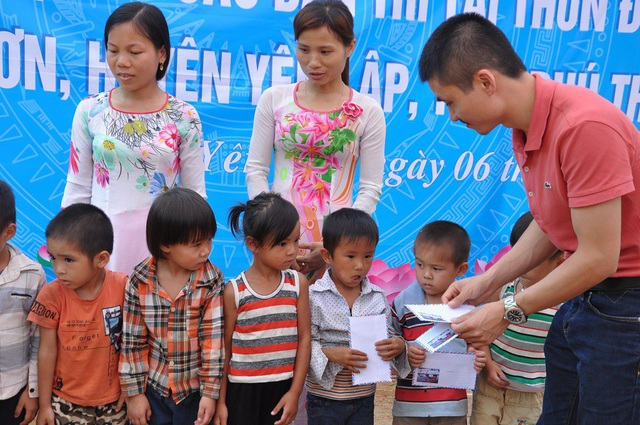 Phó Tổng Biên tập báo Dân trí Phạm Tuấn Anh trao tặng 10 suất học bổng từ Quỹ Nhân ái tới 10 em học sinh có hoàn cảnh khó khăn của trường.