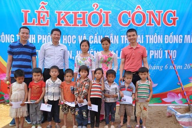 Các em học sinh nhận được học bổng tại buổi lễ.