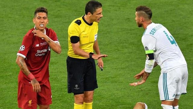 Firmino (trái) và Ramos (phải) trong trận chung kết Champions League 2017/18