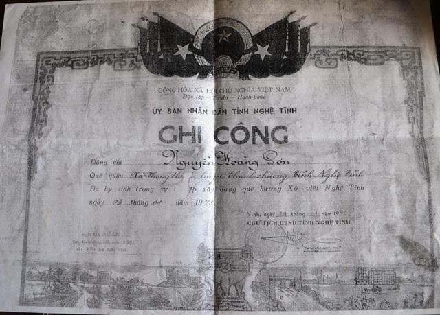 Hai dòng chữ Ghi công là niềm an ủi duy nhất của 98 thanh niên đã ngã xuống tại công trường năm ấy.
