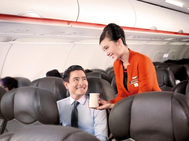 Hình ảnh tiếp viên của Jetstar Pacific trên một chuyến bay