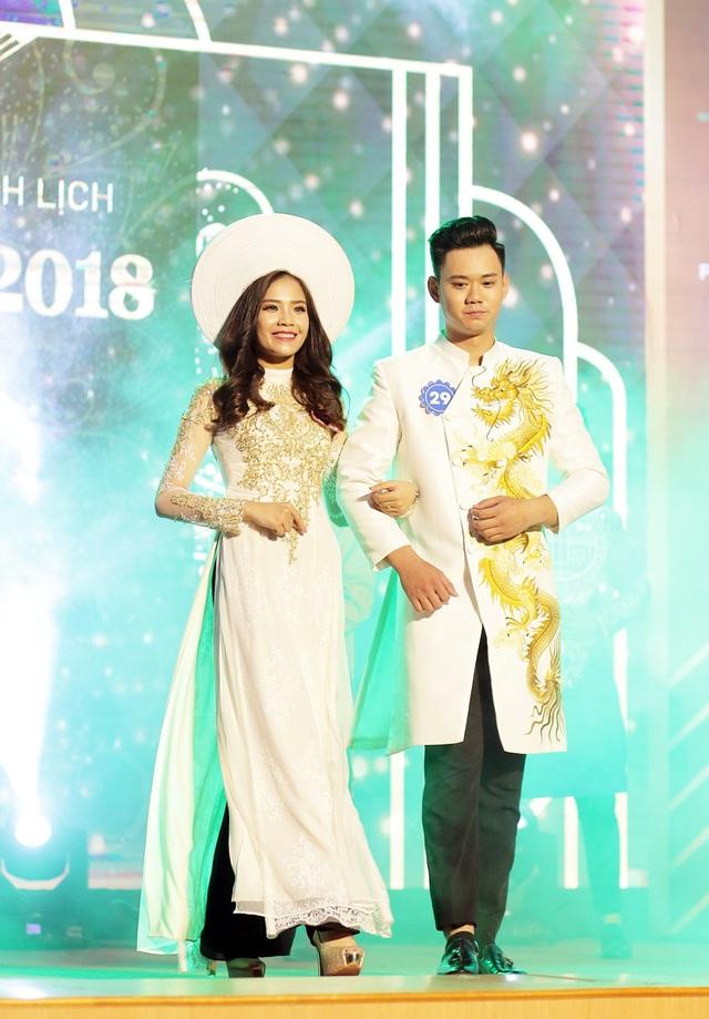 Nguyễn Thị Phấn và người bạn đồng hành Nhữ Minh Tuấn duyên dáng sánh bước mở màn phần thi trang phục truyền thống.