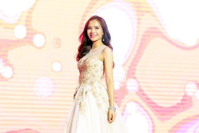 Nếu như ở phần thi trang phục áo dài, Hồng Phấn khoe nét đẹp dịu dàng, nữ tính thì ở phần thi trang phục dạ hội, cô lại thể hiện nét trưởng thành, quyến rũ.