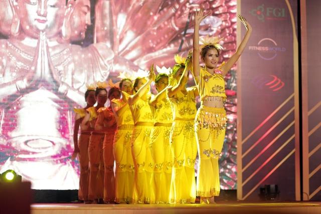 Với chiều cao khá ấn tượng, thân hình thanh mảnh và gương mặt sáng, Hồng Phấn rất nổi bật trên sân khấu