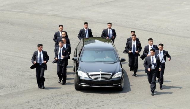 Đội vệ sĩ bảo vệ ông Kim Jong-un trong chuyến đi tới Khu phi quân sự liên Triều họp thượng đỉnh hồi tháng 4. (Ảnh: AFP)
