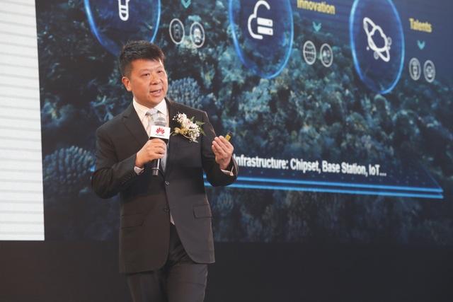 Ông Guo Ping - Chủ tịch điều hành luân phiên của Huawei phát biểu tại phiên khai mạc Huawei Innovation Day 2018