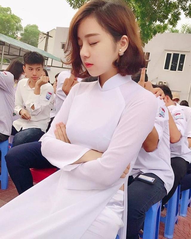 Nguyễn Thủy Tiên (học sinh trường THPT Mỹ Hào, Hưng Yên) nổi tiếng nhờ khoảnh khắc ngủ gật giữa sân trường. Cô nàng được dân mạng trìu mến gọi với cái tên hot girl ngủ gật và thiên thần áo dài.