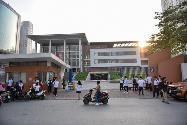 Tại điểm trường THPT chuyên Hà Nội - Amsterdam, mặc dù 7h30 các thí sinh mới vào phòng thi nhưng nhiều em đã có mặt từ rất sớm để tránh tắc đường, đảm bảo đúng giờ vào phòng thi. (Ảnh: Toàn Vũ)