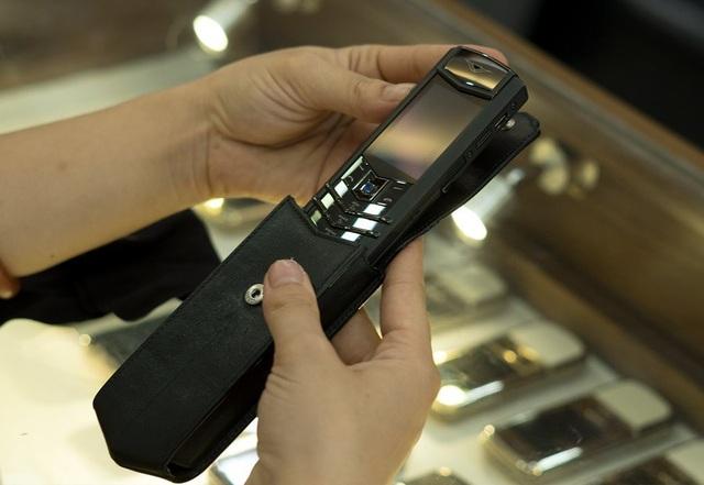 Mỗi tháng anh bỏ tiền ra sưu tập khoảng 3 chiếc điện thoại