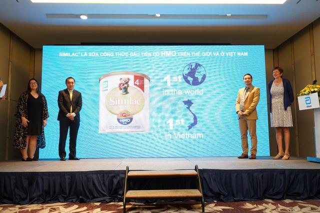 Đại diện Abbott và các nhà khoa học trong buổi họp báo ra mắt sữa công thức Similac có chứa HMO đầu tiên trên thế giới và Việt Nam.