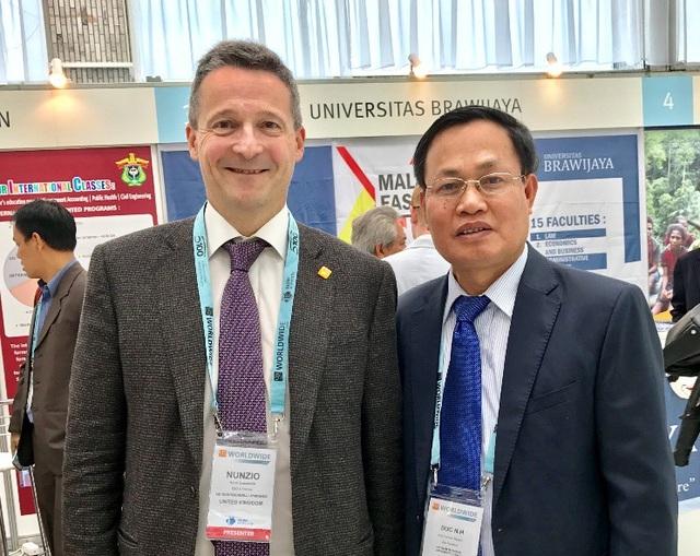 Nhà sáng lập Tổ chức xếp hạng QS - Ông Nunzio Quacquarelli và GS. Nguyễn Hữu Đức tại Hội thảo Xây dựng đại học xuất sắc - Kinh nghiệm nước Nga và các quốc gia mới nổi tổ chức tại Thủ đô Matxcơva vào tháng 5/2018.