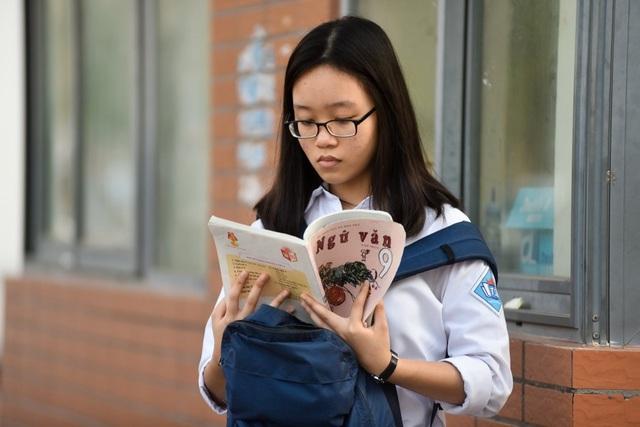 Tâm lý chung của thí sinh đều lo lắng và nhiều em tranh thủ ôn lại kiến thức trước giờ thi. (Ảnh: Toàn Vũ)